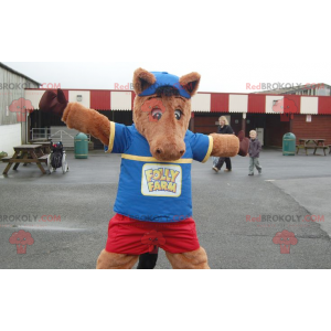 Braunes Pferdemaskottchenfohlen im blauen und roten Outfit -