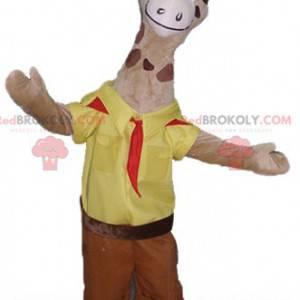 Mascota de la jirafa marrón en traje de explorador amarillo y