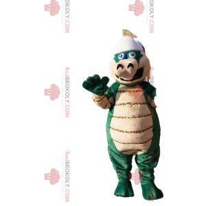 Mascote de dinossauro verde e bege com capacete de beisebol