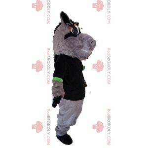 Mascota del caballo gris con una camiseta negra. Disfraz de caballo