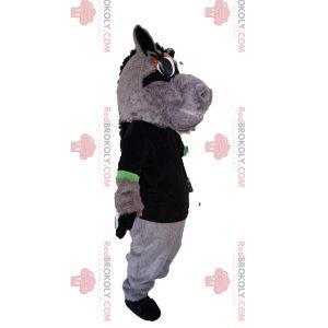Mascote do cavalo cinza com uma camiseta preta. Fantasia de cavalo