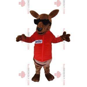 Hnědý klokan maskot v červeném dresu