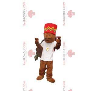 Hnědý myší maskot s červenou čepicí a bílým dresem