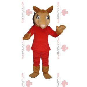 Kamelmaskottchen im roten Outfit