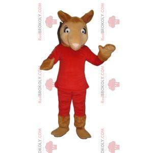 Velbloudí maskot v červeném oblečení