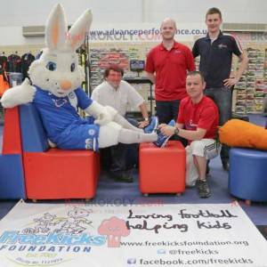 Maskot bílý králík na podporu - Redbrokoly.com
