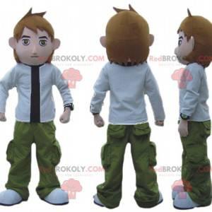 Jungenmaskottchen im weißen und schwarzen grünen Outfit -