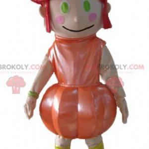 Maskottchenmädchen mit roten Haaren mit einem orangefarbenen