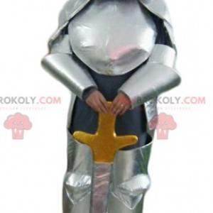 Mascota caballero con armadura plateada y espada. -