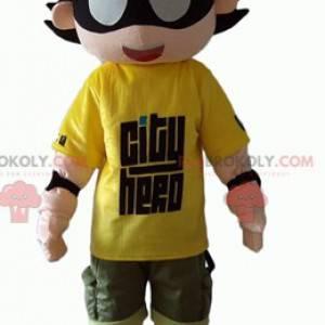 Mascotte bambino supereroe con una benda sugli occhi -