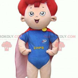Mascota infantil de un pequeño superhéroe con pelo rojo. -