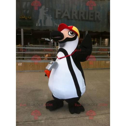 Maskot černobílý tučňák s čepicí - Redbrokoly.com