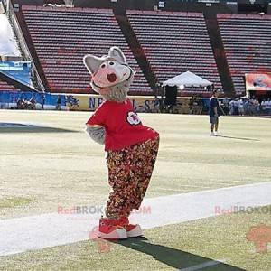 Szary wilk maskotka z kwiecistymi spodniami i czerwoną koszulką