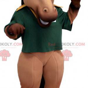 Brązowo-czarna maskotka koń z zieloną koszulką polo -