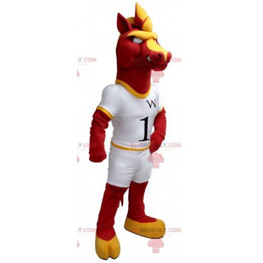 Maskot červené a žluté koně v bílém oblečení - Redbrokoly.com