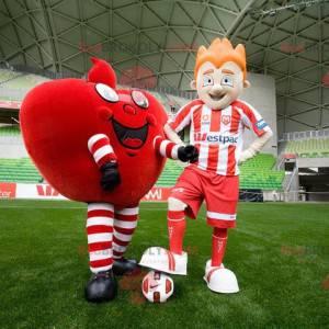 2 Maskottchen ein riesiges rotes Herz und ein Fußballer -