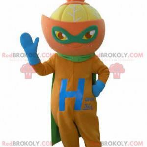 Oranžový maskot oblečený jako superhrdina. Citrusový maskot -