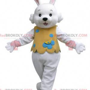 Weißes Kaninchen-Maskottchen mit einem orangefarbenen Outfit -