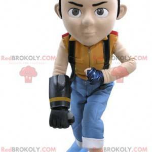 Brązowy chłopiec maskotka w kolorowym stroju - Redbrokoly.com