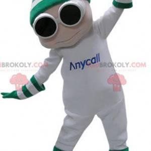 Weißes Schneemannmaskottchen mit Brille und einer Kappe -
