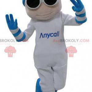 Weißes und blaues Schneemannmaskottchen mit Brille und einer