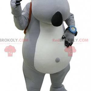 Graues und weißes Bärenmaskottchen mit einer Schultasche -
