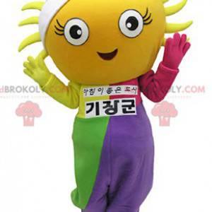 Obří žluté sluneční maskot oblečený v barevné oblečení -