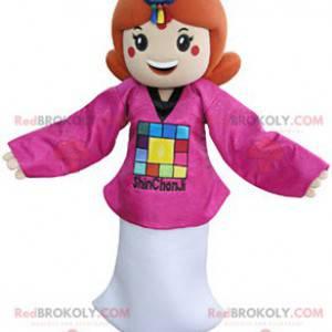 Maskotka rudowłosa dziewczyna ubrana w różowo-biały strój -