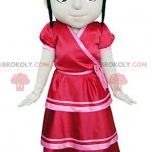 Maskotka brunetka dziewczyna ubrana w czerwoną sukienkę -