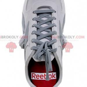 Maskottchen roter und grauer weißer Schuh. Basketball