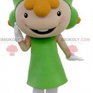 Rusovlasá dívka maskot oblečený v zelené uniformě -