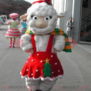 Mascota de oveja blanca vestida con un vestido rojo de Navidad