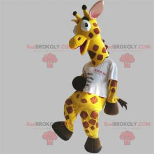 Mascote girafa gigante e engraçada, amarela e marrom -