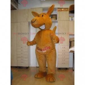 Gigantyczna i uśmiechnięta pomarańczowa maskotka kangur -