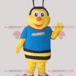 Žlutý a černý včelí maskot oblečený v modré barvě -