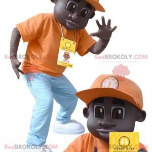 African American gutt maskot kledd i oransje antrekk -