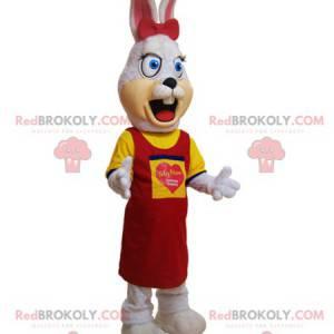 Haariges weißes Kaninchenmaskottchen gekleidet in Gelb und Rot