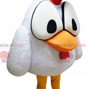 Weißes Hahnmaskottchen mit großen Augen und einem roten Wappen