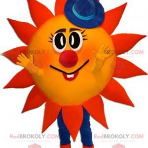 Czerwono-żółta maskotka słońce w niebieskim kapeluszu -