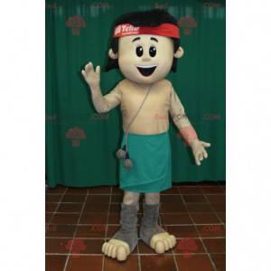 Uśmiechnięty brązowy chłopiec maskotka z zieloną spódnicą -