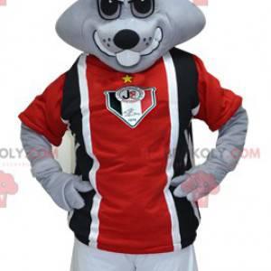Šedý králík maskot v černé a červené sportovní oblečení -