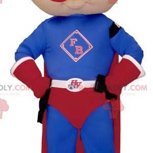 Mały chłopiec maskotka ubrany w strój superbohatera -