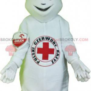 Biały bałwan maskotka z czerwonym krzyżem na brzuchu -
