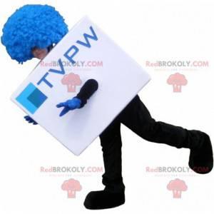 Bílý kubický maskot s modrou parukou. Maskot televize -