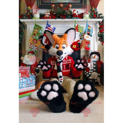 Maskot oranžové a bílé lišky ve vánočním oblečení -