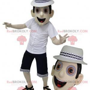 Maskotka mężczyzna w letnim stroju z sandałami i kapeluszem -