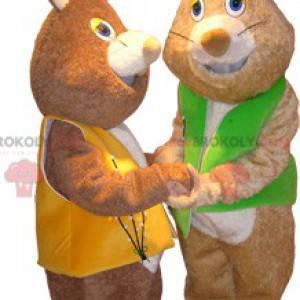 2 maskoti měkkých hnědých králíků na sobě vesty - Redbrokoly.com