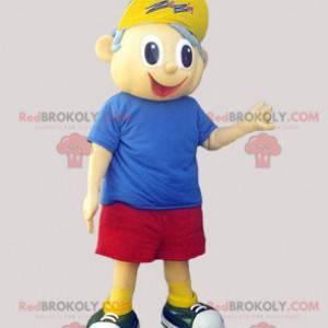 kleines Jungenmaskottchen in Shorts T-Shirt und Mütze -