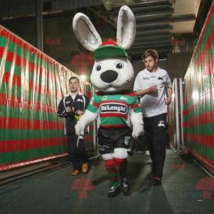 Velký maskot bílého králíka ve sportovním oblečení -