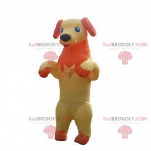 Gelbes und orange Hundemaskottchen, das seine Zunge herausragt